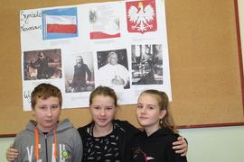 """Galeria """"Polska - nasza Ojczyzna"""" - projekt edukacyjno - czytelniczy w VI klasie"""