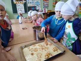 Galeria Starszaki pieką ucierane ciasto z jabłkami- 25.10.2019 r.
